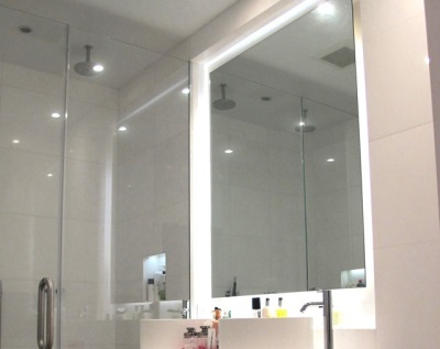 Connecting the lighting in the bathroom mirror to electricity