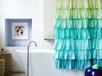 Curtain with ruffles bath