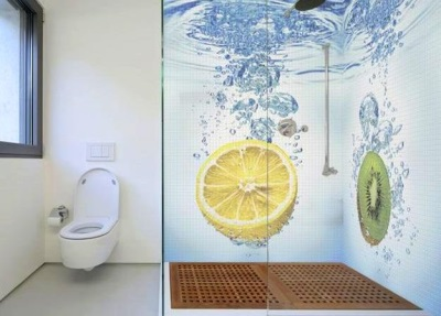 3D- tiles on the bathroom walls - fruits in water