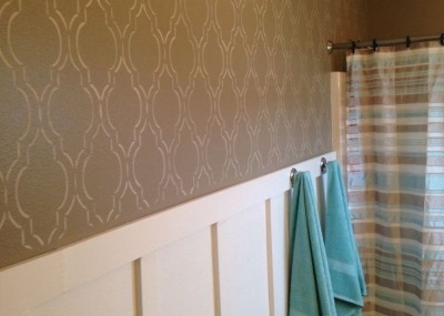 Screen painted gold on the brown walls of the bathroom
