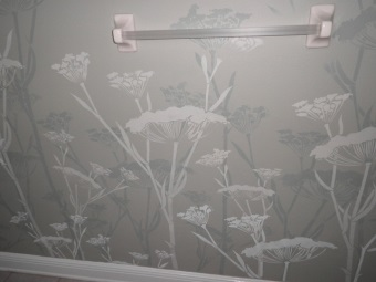 Decorating the walls in the bathroom using the decoupage technique