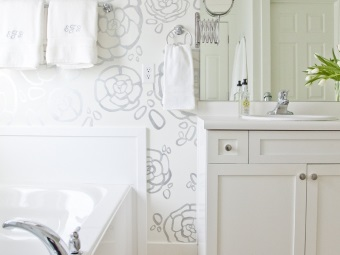 Stencil pattern in the form of flowers on the wall in the bathroom