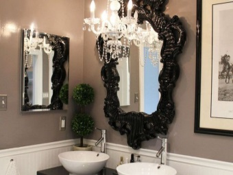 Sink and mirror in the bathroom in the Baroque style