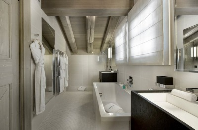 Bathroom in the chalet-style - quiet, gray-white color scheme , wood and stone