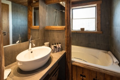 Bathroom in the chalet-style - a combination of stone and wood