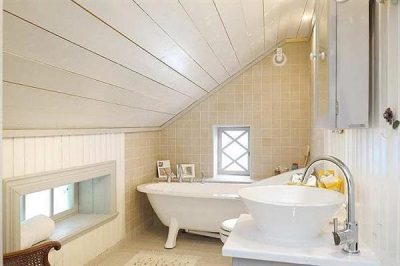 Combined wall tiled and wooden slats in the bathroom in the Scandinavian style