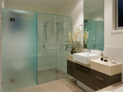 Advantages of glass partitions in the bathroom
