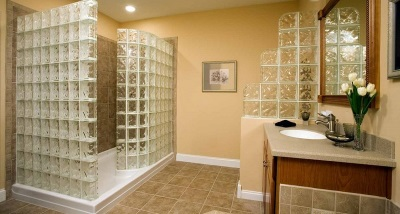 Partitions of glass bricks in the bathroom
