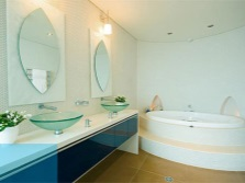 Rounded plumbing and blue- blue decorative elements in the bathroom feng shui