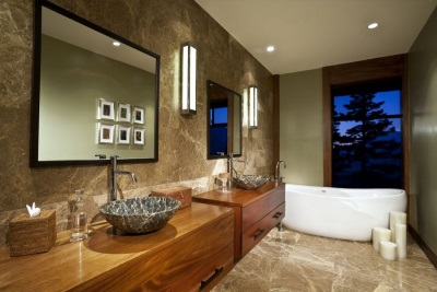 Bathroom decorated in marble and wood