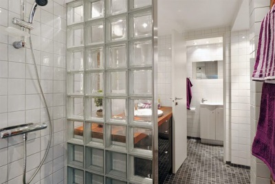 Transparent glass partition between the shower room and bathroom