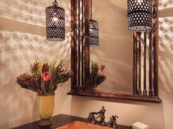 The combination of light fixtures and bathroom design