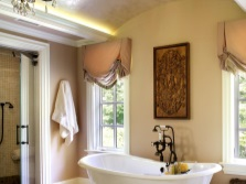 Paintings and curtains - bathroom in the style of Provence