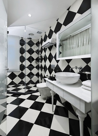Sex in the bath in the form of a chessboard
