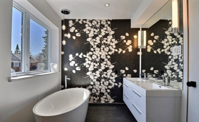 Black and white bathroom : black and white patterned wall
