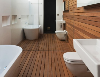 The walls of the wooden bathtub