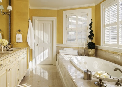 Yellow walls in the bathroom