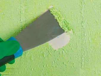 removal of paint from the walls with a spatula