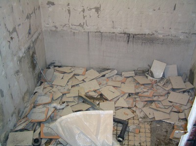 Bath after the dismantling of the tile
