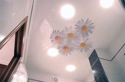 Stretch ceiling in the small bathroom