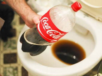 Coca -Cola to clean toilet