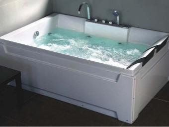 Bath water with hydromassage features