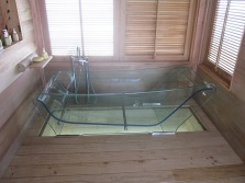 Placing a transparent bath in the bathroom