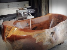 Freestanding bathtub made ​​of wood
