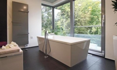 Features choice of freestanding baths