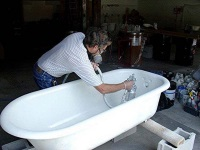 Restoration of enamel cast iron bath with his hands