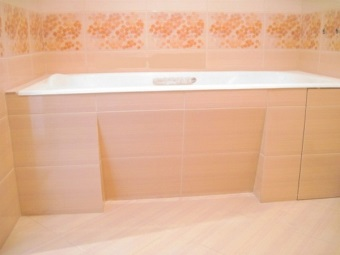 The screen is made ​​of ceramic tile with a slope under the bathroom
