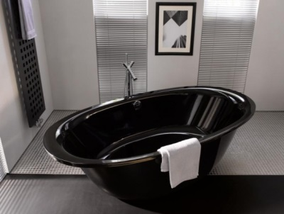 Freestanding black steel bath