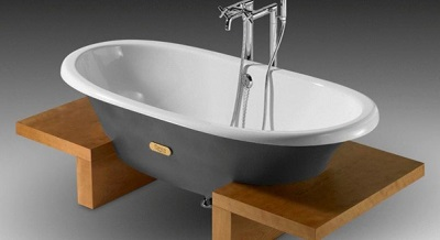 A white enamel cast iron bath