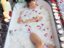 Cleopatra bath with roses