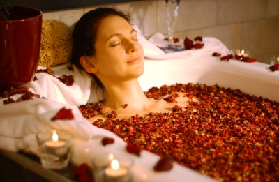 Bath with dry rose petals