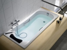 Bath equipped with headrest and handles