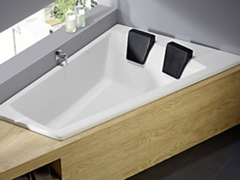 Asymmetrical bath for two