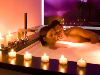Bath for two in a romantic atmosphere