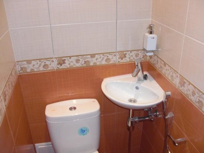 A small corner toilet sink