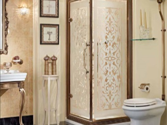 Shower cubicle with sandblasted pattern on glass