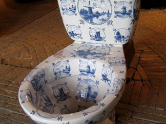 Toilet bowl painted by Dutch tiles