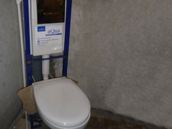 Installation of bend suspended toilet