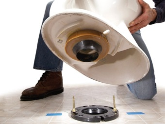 Installation of the toilet bowl with vertical outlet