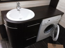 washing machine under the table : a contrast solution