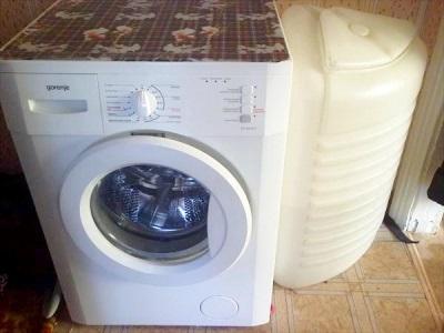 Vaskemaskinen fyller seg med vann