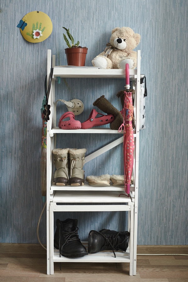 Mobili per calzature ordine e pulizia nel corridoio for Piccole mensole
