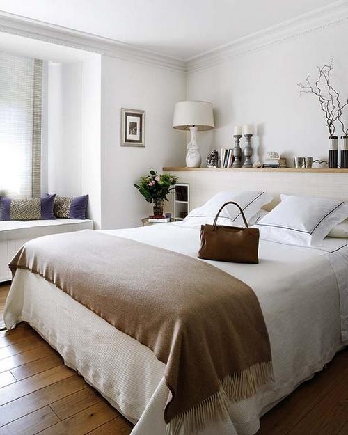 De planken boven het bed en het hoofdeinde met planken for Plank boven bed