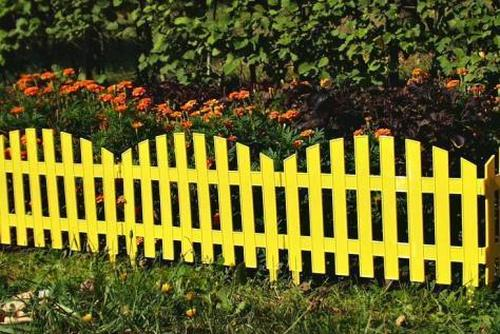 Plastic fence for flowerbeds