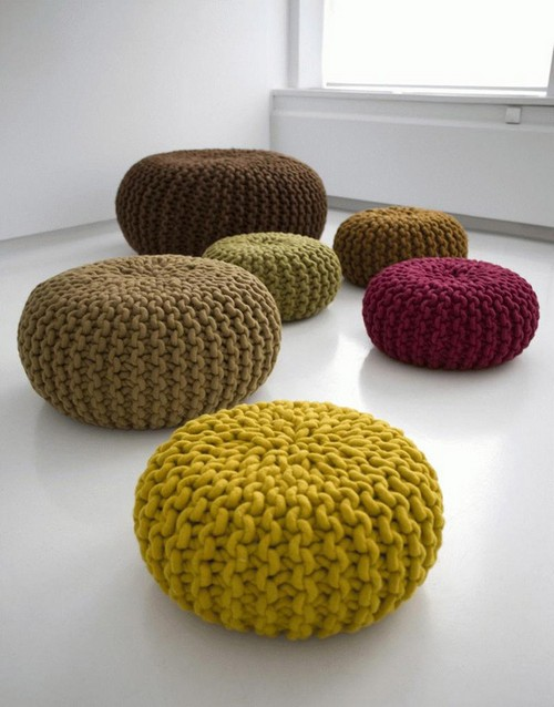 Knitted decorative pillows in the interior