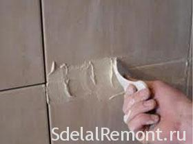 Fill the joints between the tiles grout Photo